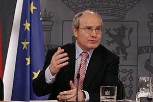 José Montilla en la rueda de prensa tras el Consejo de Ministros. (Foto: Javi Martínez)
