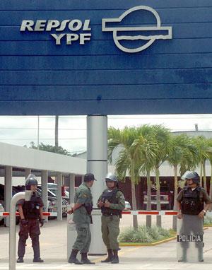 Policías bolivianos custodiando la entrada de la sede de Repsol YPF en el país andino. (Foto: REUTERS)