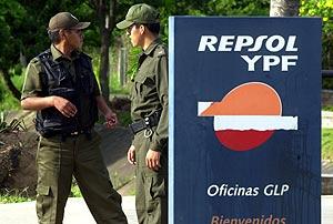 Imagen de la sede de Repsol el pasado jueves cuando la policía irrumpió en las oficinas en busca de dos de sus directivos. (Foto: AP)