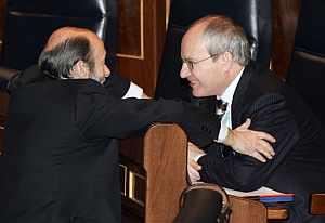 El ministro de Industria, José Montilla (der.), saluda al portavoz del grupo socialista, Alfredo Pérez Rubalcaba en el Congreso. (Foto: EFE)