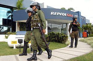 Policías bolivianos resguardan las instalaciones de la petrolera Andina, filial de la hispanoargentina Repsol YPF, hoy, 2 de mayo. (Foto: EFE)