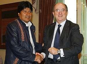 El presidente de Repsol YPF, Antonio Brufau (d), y el presidente boliviano Evo Morales (i), se saludan el pasado 3 de marzo antes de reunirse. (Foto: EFE)