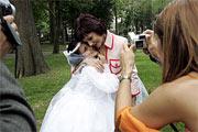 Una niña vestida de primera comunión en Bilbao en mayo de 2005. (Foto: MITXI)