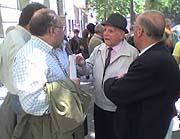 Varios clientes del Fórum Filatélico junto a la sede de la sociedad en Madrid. (Foto: elmundo.es)