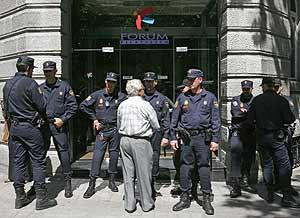 Un afectado se dirige a los policías en la sede del Fórum de Madrid. (Foto: Jaime Villanueva)