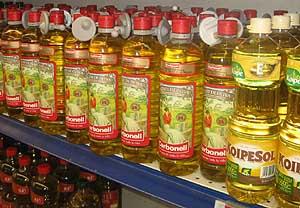 Las botellas de aceite tienen protección de seguridad en algunos supermercados debido a su alto precio. (Foto: elmundo.es)