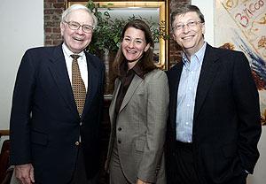 Warren Buffett y el matrimonio Gates, tras anunciar el acuerdo. (Foto: AP)