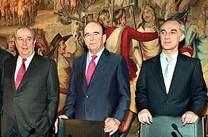 Emilio Botín (c), junto a José María Amusátegui (i), y Ángel Corcóstegui (d) en una imagen del año 2000. (Foto: EFE)