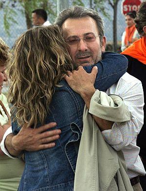 El ex presidente de Fórum Filatélico Francisco Briones abraza a un familiar a su salida de la prisión. (Foto: EFE)