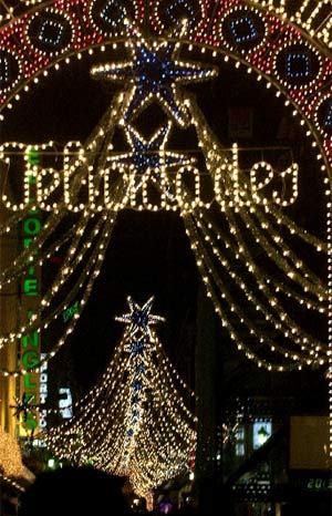 Una calle de Madrid, adornada con luces en Navidades pasadas. (J. M. Espinosa. EFE)