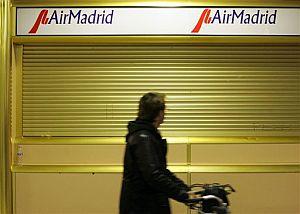 Oficinas de Air Madrid cerradas en Barajas. (Foto: AP)