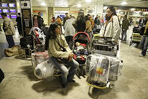Decenas de pasajeros de Air Madrid esperaban el viernes en Barajas. (Foto: Antonio Heredia) Vea más fotos