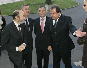 El ministro español del Interior, Alfredo Pérez Rubalcaba, y el de Trabajo, Jesús Caldera, con sus homólogos en Bucarest. (Foto: EFE)