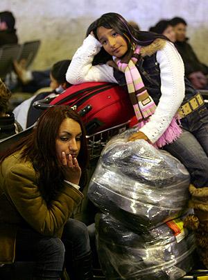 Miles de pasajeros esperan una solución en el aeropuerto. (Foto: AFP)