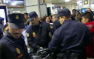 Agentes antidisturbios, durante los incidentes. (Foto: CNN+)