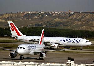 Dos aviones de Air Madrid en el aeropuerto de Barajas. (Foto: AFP)