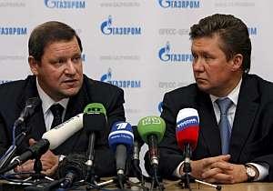 El primer ministro bielorruso Sergei Sidorsky (izq.) y el directivo de Gazprom Alexei Miller informan sobre el acuerdo. (Foto: EFE)