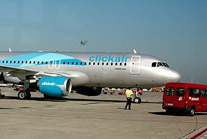 Un avión de Clickair, en el aeropuerto de El Prat. (Foto: Rudy)