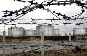 Tanques de petróleo del oleoducto 'Druzhba' en la localidad de Novopolotsk, 230 kilómetros al norte de Minsk, la capital bielorrusa. (Foto: AP)