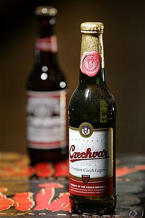 Un botellín de la cerveza checa Chzechvar, que distribuirá en EEUU la rival con la que mantiene una disputa legal centenaria. Al fondo la Budweiser estadounidense. (Foto: AP)