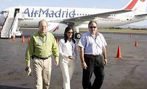 Ángel Pazos (derecha), acompañado de dos ejecutivos de Air Madrid. (Foto: Bolsa de Noticias)
