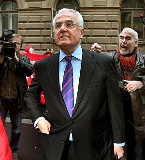 Peter Hartz es insultado por antiguos trabajadores de VW a su llegada al Tribunal. (EFE)