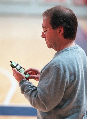 Un hombre marcando un número desde un teléfono móvil. (Foto: J.M.)