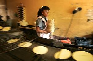 Una mujer que fabrica tortillas en México. (Foto: AP)
