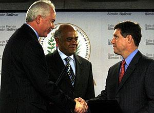 El vicepresidente venezolano, Jorge Rodríguez, el ministro Chacón y el directivo de Verizon, John Diercksen, (Foto: REUTERES)