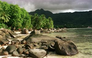 Hay mucho más que sol y fiesta en paraísos como este, una playa de las islas Seychelles. (Foto: AP)