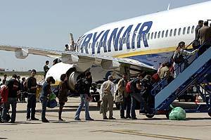 Pasajeros embarcan en Valladolid en un vuelo de Ryanair con destino a Londres. (Foto: J.M. Lostau)