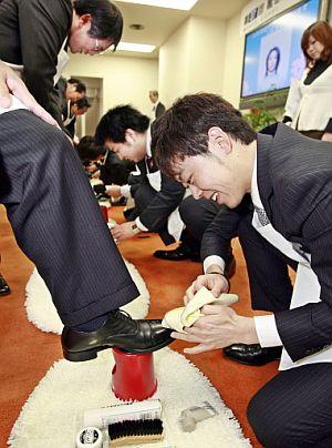 Algunos 'homenajes' han acercado a los jóvenes a sus jefes, como en la compañía de calzado 'Columbus', donde limpiaron sus zapatos. (AFP)