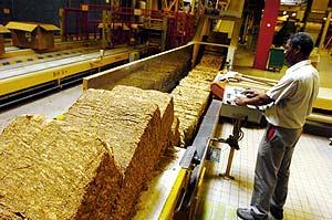 Un empleado de Altadis en la fábrica de cigarros de la ciudad francesa de Carquefou. (Foto: AFP)