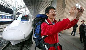 Un viajero chino se retrata orgulloso junto a un 'tren bala'. (Foto: AP)