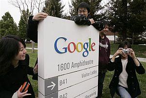 Estudiantes japoneses viviendo la 'Googlemania' en los alrededores de la seda de la compañía en California. (Foto: AP)