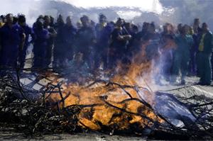 A las piedras dispersadas por la vía se han unido barricadas y hogueras. (Foto: José F. Ferrer)