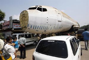 El Boeing 737 ha eclipsado, literalmente, el local de Pradeep Malhotra. (Foto: Reuters)