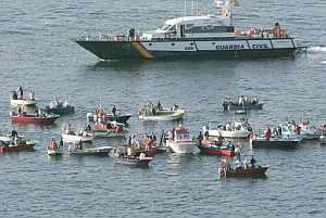 Las minúsculas embarcaciones han tendido una línea impenetrable para el enorme 'Galicia Spirit'