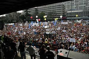 Afectados por la presunta estafa de Fórum y Afinsa, en la manifestación del 21 de abril. (Foto: EFE)
