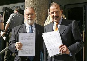 Arias Cañete y Martínez Pujalte, con la denuncia. (Foto: EFE)