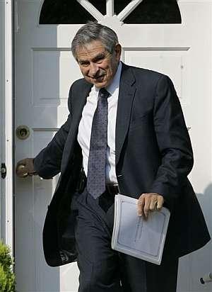 Paul Wolfowitz, a la salida de su casa. (Foto: AP)