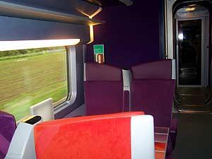 Interior de un vagón de segunda clase del nuevo TGV, diseñado por Christian Lacroix.