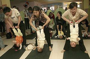 Padres chinos practican el yoga con sus hijos. (Foto: REUTERS)