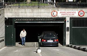 Un coche entra en un aparcamientos de Bilbao. (Foto: C. García)