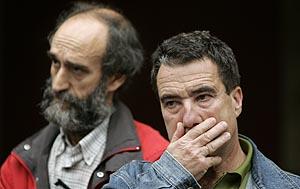 Los sindicalistas Morala (izq.) y Morala escuchan emocionados las intervenciones de apoyo durante una concentración de protesta en mayo. (Foto: Eloy Alonso)