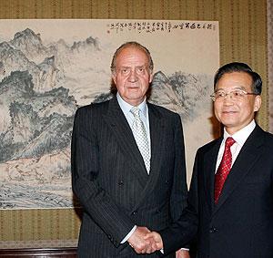 Don Juan Carlos saluda al primer ministro chino, Wen Jiabao, en Pekín. (Foto: REUTERS)