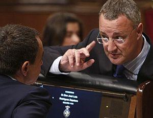 El ministro de Trabajo, Jesús Caldera, conversa con el presidente del Gobierno en el Congreso. (Foto: EFE)