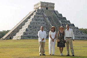 Zapatero y su esposa posan junto al Chichén Itzá. (Foto: EFE)