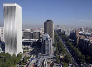 Vista de la Torre Picasso (Izquierda) junto al paseo de La Castellana. (Foto: Antonio Heredia)