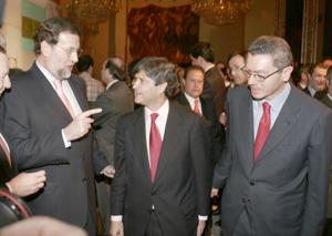 Mariano Rajoy conversa con el promotor y constructor Fernando Martín en presencia de Alberto Ruiz Gallardón. (Foto: J. Villanueva)